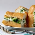 Сендвич с брокколи и соусом Морне