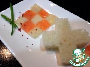 2. Выложим на тарелки в шахматном порядке. Украсим зеленым луком и розовым перцем