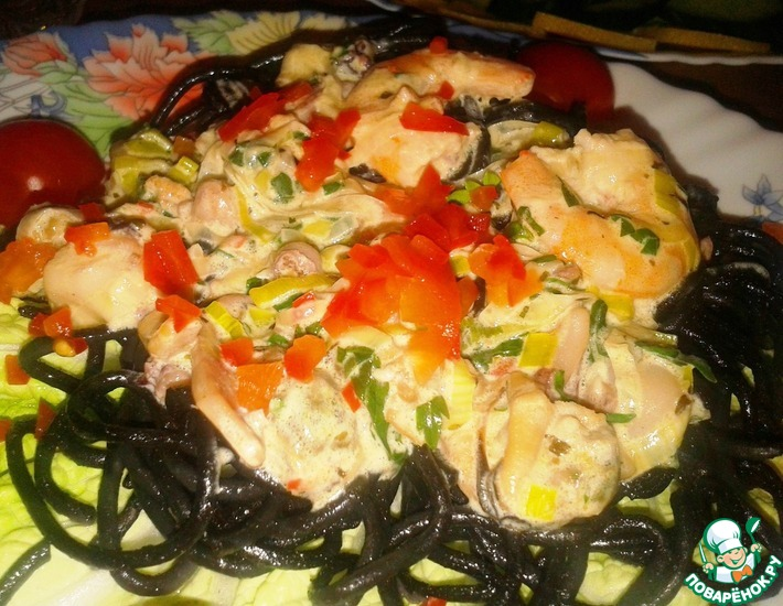 Рецепт: Паста Неро с морепродуктами под сливочным соусом
