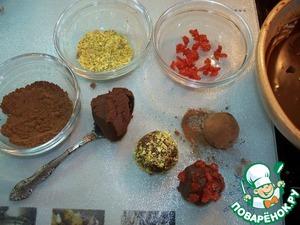 А теперь начинаем формировать конфеты. Ложкой берем нашу пластичную шоколадную массу, внутрь помещаем карамелизованную вишенку и обваливаем в какао, в орехах, в измельченной вишне. Конфеты готовы.