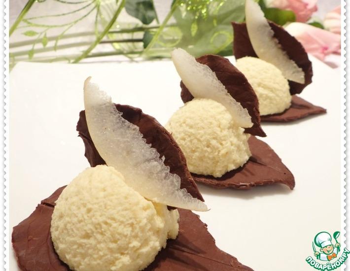 Рецепт: Грушевый десерт на шоколадных листьях