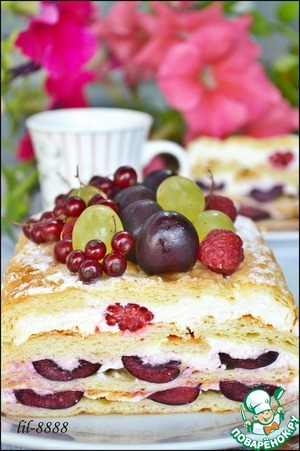 Торт из слоеного теста с творожным кремом и ягодами