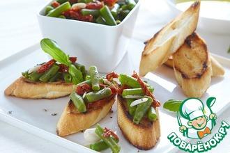 Рецепт: Брускетта с зеленой фасолью и вялеными томатами