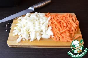 Нарезать соломкой морковь и кубиками лук.