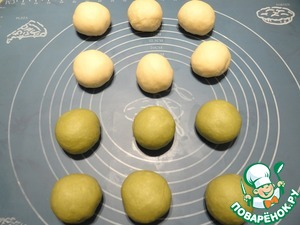 Формую из каждого кусочка теста шар, накрываю заготовки пленкой и оставляю их отдохнуть примерно 10-15 минут.