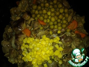 The signal sounded! Now put the peas and corn, sprinkle with seasonings to your taste, salt.