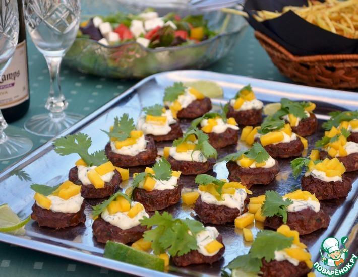 Рецепт: Куриные котлетки с имбирем под соусом с кориандром и лаймом