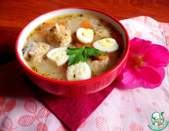 Рецепт: Еврейский суп с куриными клецками, рисом и яйцом