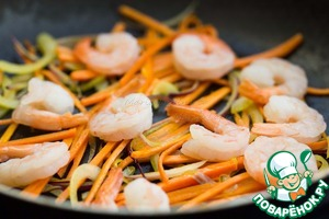 Add the peeled prawns and fry for 2-3 minutes, a little salt.