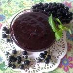 Чёрная смородина, перетёртая с сахаром-сырое варенье