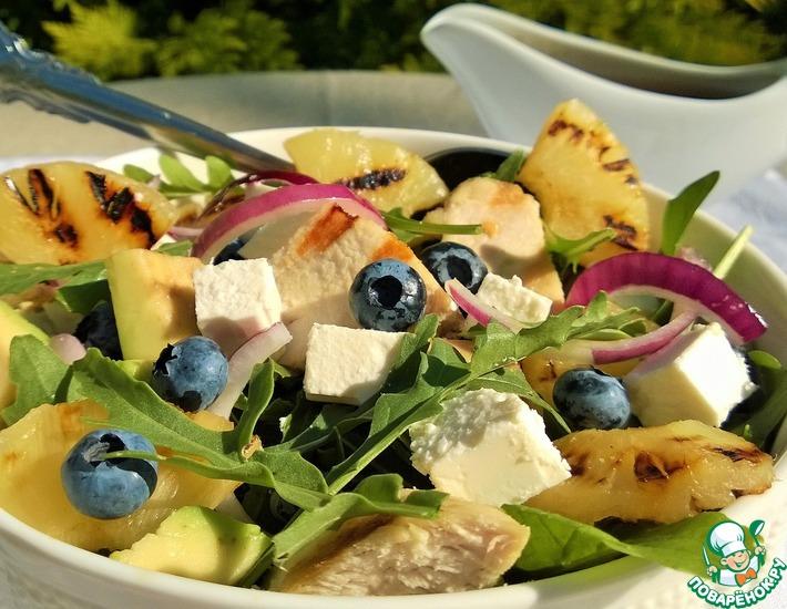 Рецепт: Салат с курочкой, ананасами и ягодой