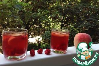 Рецепт: Охлаждающий напиток из зеленого чая, персиков и свежей малины