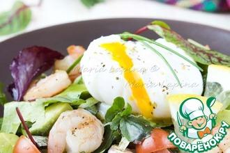 Рецепт: Салат с креветками, авокадо и яйцом пашот