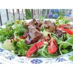Теплый салат с куриной печенью и овощами