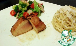 Рецепт Сочный стейк из тунца средней прожарки (медиум) с пастой и салатом