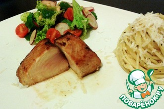 Рецепт: Сочный стейк из тунца средней прожарки (медиум) с пастой и салатом