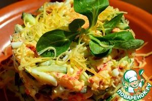 Я собрала салатик в кулинарное кольцо, посыпала второй половиной сыра и украсила листиком салата.   Приятного аппетита!