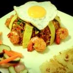 Жареный рис по-индонезийски с креветками и овощами в уксусе (Nasi goreng)
