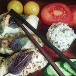 Рыбные и куриные рулеты, жареные на огне в японском стиле