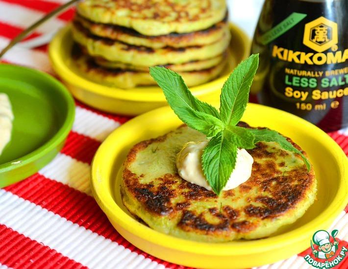 Рецепт: Кабачковые оладьи с мятой и соевым соусом