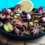 Молодые маринованные осьминоги на гриле с кабачками