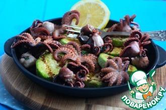 Рецепт: Молодые маринованные осьминоги на гриле с кабачками