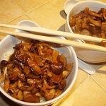Пананг-карри с грибами и яичной лапшой