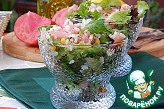 Рецепт: Салат с копченым лососем и орехами
