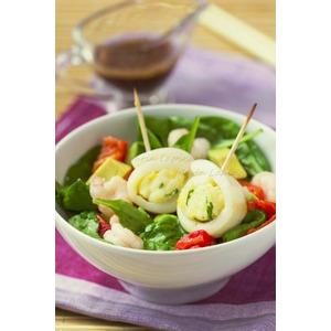 Салат с теплыми рулетами из кальмара и риса