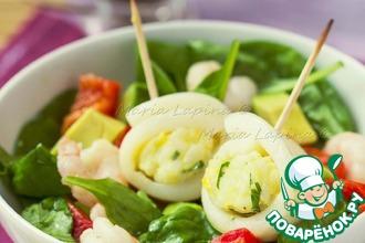 Рецепт: Салат с теплыми рулетами из кальмара и риса