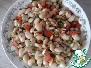 Рецепт Салат из белой фасоли, помидор и лука