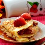 Блинчики с сырно-творожной начинкой и ягодами под кленовым сиропом
