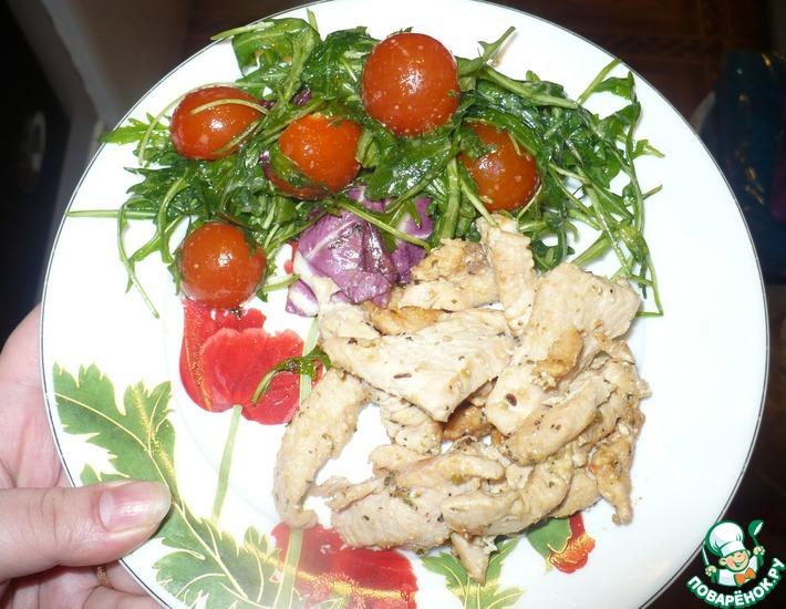 Рецепт: Индейка со сливками с легким салатом