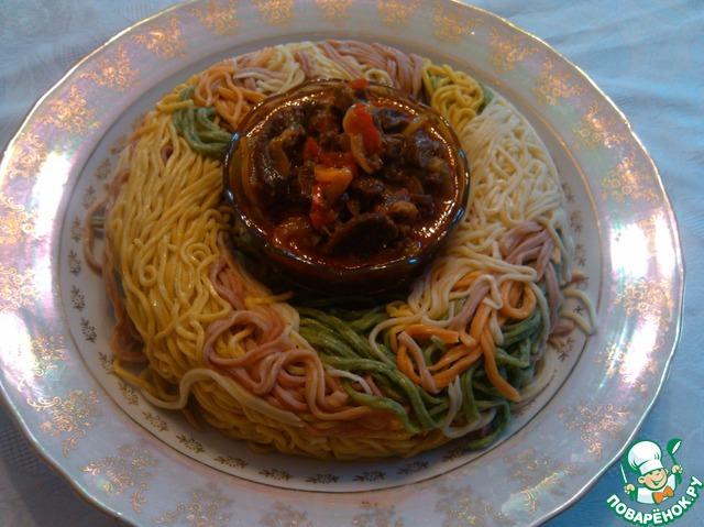 Готовое блюдо удобно есть китайскими палочками, полоски лапши достаточно широкие, не скользят.