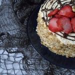 Торт-безе Паутинка с клубничным кремом