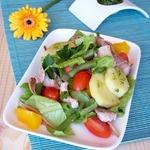 Весенний салат с тунцом и соусом песто