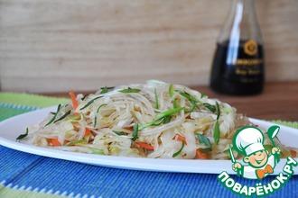 Рецепт: Тёплый салат из фунчозы и капусты