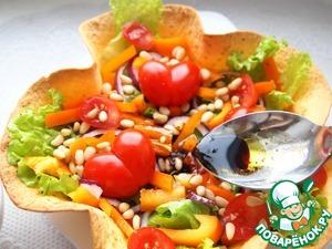 Полить заправкой салат.