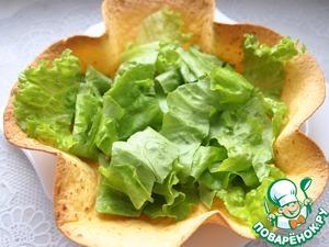 Зеленые листья салата помыт, обсушить и порвать на кусочки.