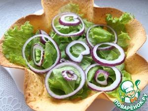 Лук почистить и нарезать тонкими кольцами. Выложить поверх салата.