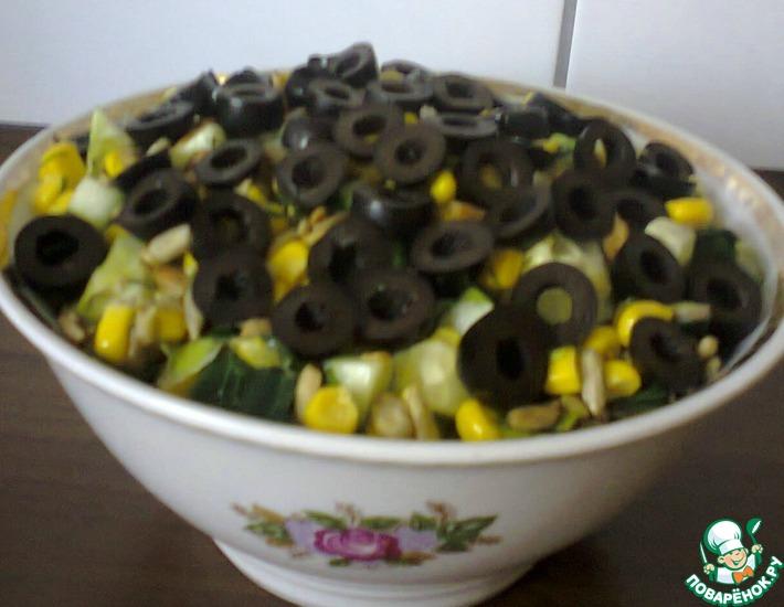 Рецепт: Салат из кукурузы, семечек и огурца