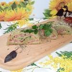 Картофельный рулет с колбасой