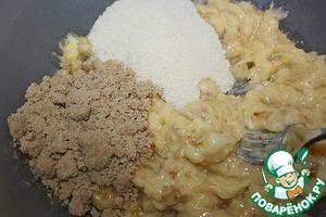 1. Приготовить пюре из бананов. Соединить банановое пюре, сахар, коричневый сахар, и хорошо перемешайте.