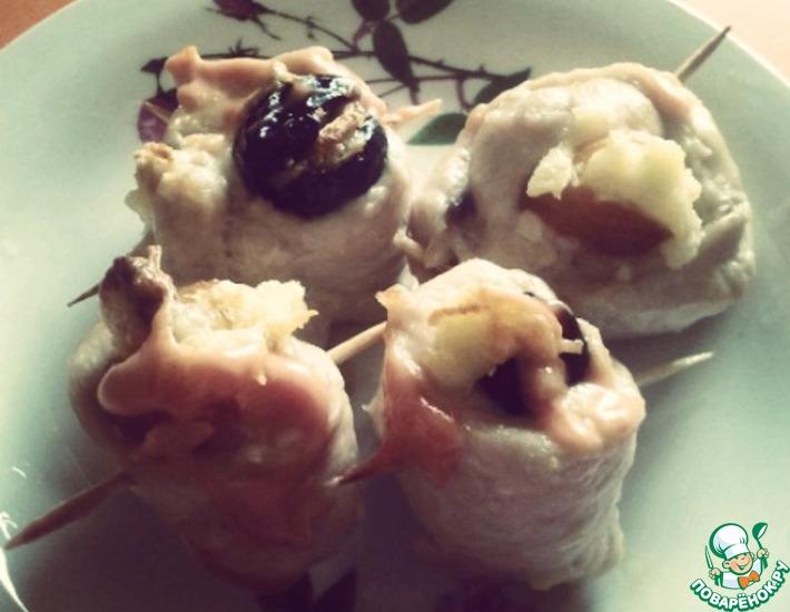 Рецепт: Куриные улиточки с черносливом и курагой