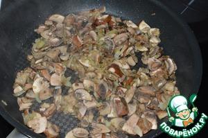 Теперь приготовим грибной соус.    Для этого обжарьте мелко нарезанный лук, шампиньоны, посыпьте 1 ст. л. муки и обжарьте 2-3 мин. Добавьте полстакана воды (100 мл) и проварите до загустения.    Соус готов.