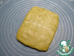 Таким же образом готовлю зеленое песочное тесто с чаем матча (чай матча просеиваю с мукой и смешиваю с масляной массой). Из теста формую прямоугольник, помещаю его в полиэтиленовый пакет, убираю в холодильник примерно на час.