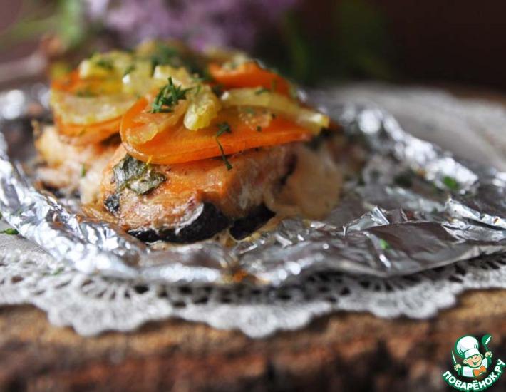 Рецепт: Лосось, запечённый в фольге с овощами
