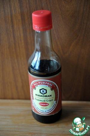 Берём сладкий соевый соус ТМ Kikkoman.   При отсутствии его можно взять обычный соевый соус ТМ Kikkoman и добавить 1 чайную ложку сахара (или кленовый сироп).