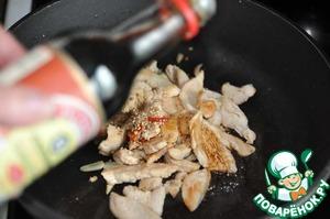 Добавляеми сладкий соевый соус ТМ Kikkoman к куриному филе, перемешиваем.