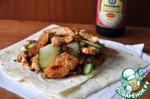 """Идеально для приготовления этого """"бутерброда"""" брать китайскую лепёшку. Но при отсутствии можно взять лаваш.    Смешиваем обжаренное куриное филе с порезанным огурцом и выкладываем на лепёшку (лаваш)."""